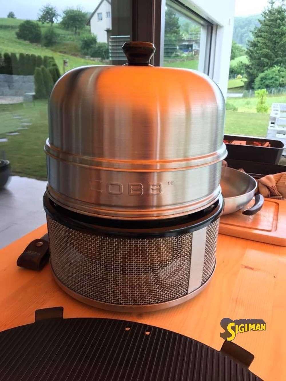 Der Cobb Grill mit Deckel und Deckelverlängerung